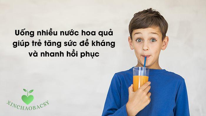 Uống nhiều nước hoa quả giúp trẻ tăng sức đề kháng và nhanh hồi phục